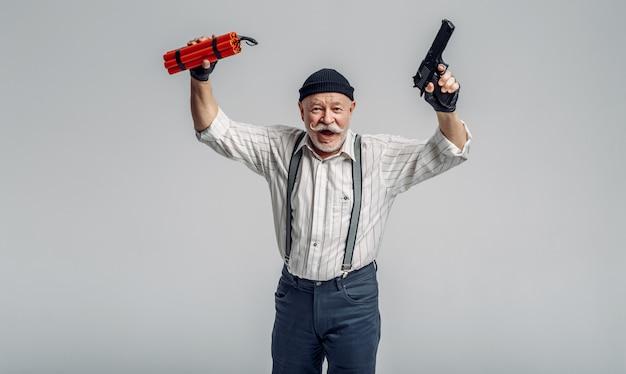 高齢者の強盗がダイナマイトと銃でポーズ