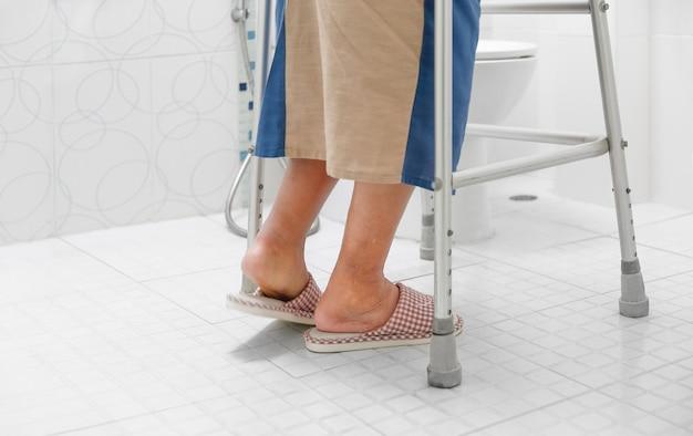 高齢者の足のむくみや浮腫の脚がバスルームに入る