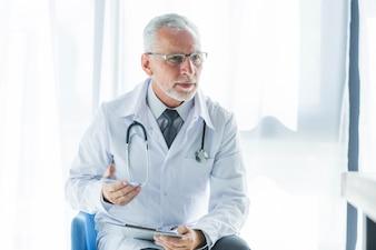 Elderly therapist talking topatient