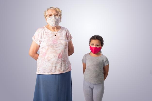 Пожилая женщина и ребенок вместе в туши на сером