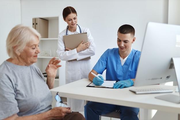 Пожилая женщина на приеме у врачей больничная служба здоровья