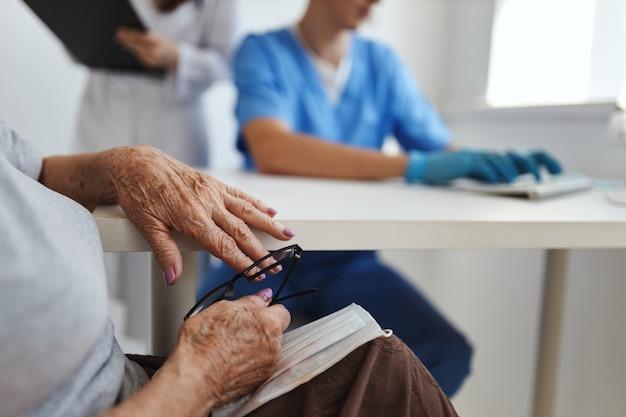 의료 사무실 의사 전문 리셉션에서 병원에서 할머니
