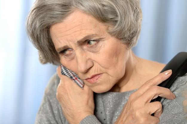 컬러 배경에 고립 된 의사를 호출하는 할머니