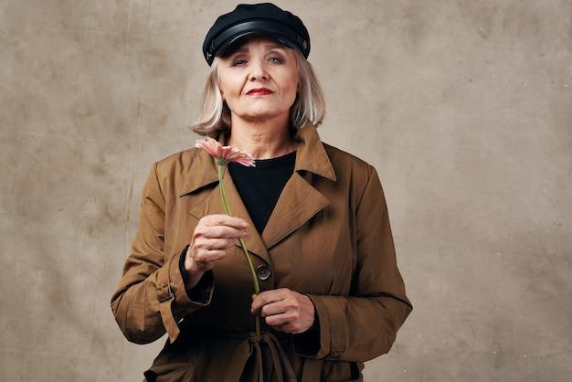 Пожилая женщина пальто осень стиль позирования