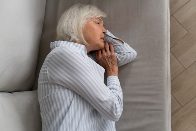Пожилая женщина, борющаяся с болезнью альцгеймера