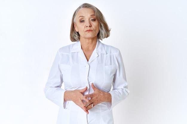 白衣医学聴診器の年配の女性医師