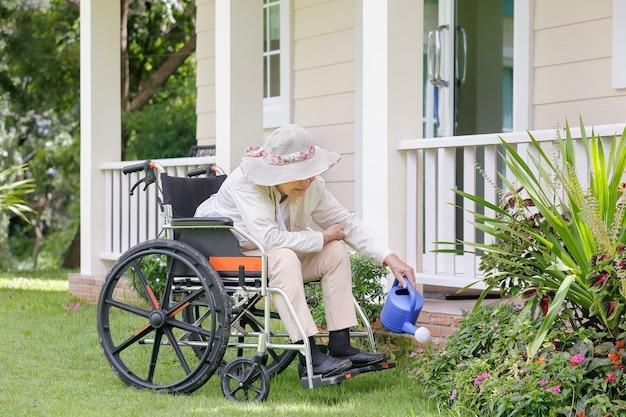 裏庭でガーデニングをする年配の女性