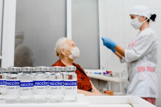 Пожилая женщина получает вакцину от коронавируса