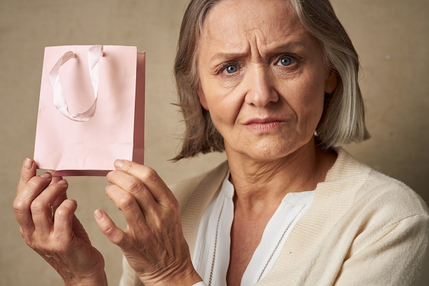 Пожилая женщина подарочная сумка праздник образ жизни