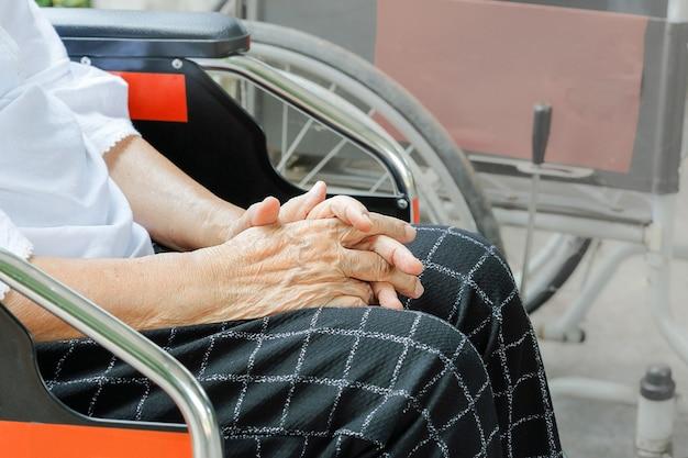 휠체어를 기다리는 동안 할머니 손