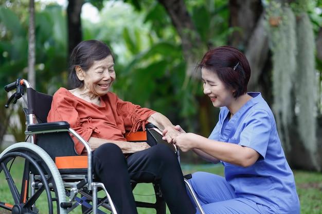 介護者と話している年配の女性の幸せ