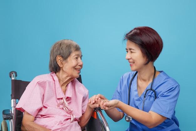 Пожилая женщина счастья разговаривает с врачом