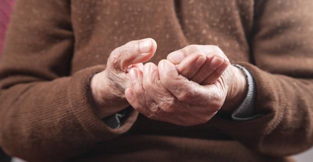 Пожилая женщина с болью в руке.