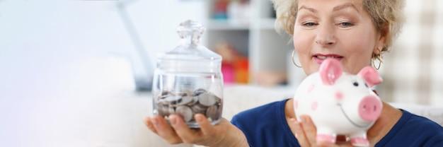할머니는 돼지 저금통과 동전 항아리를 손에 들고 있다
