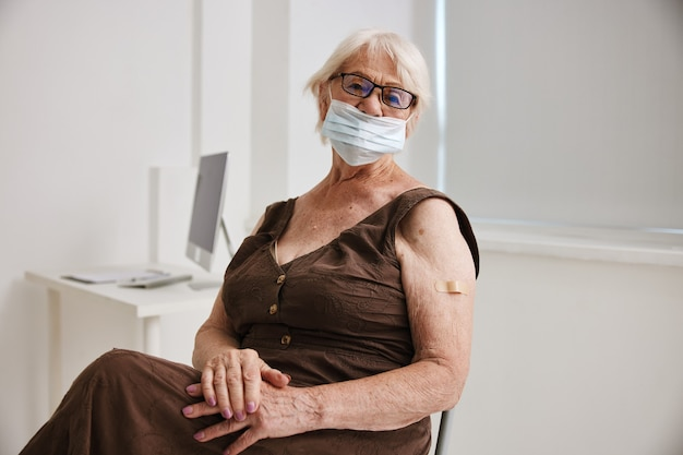 Covid 클리닉 여권 예방 접종 안전에 있는 할머니