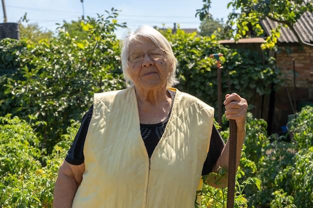 彼女の庭で笑顔の老婆