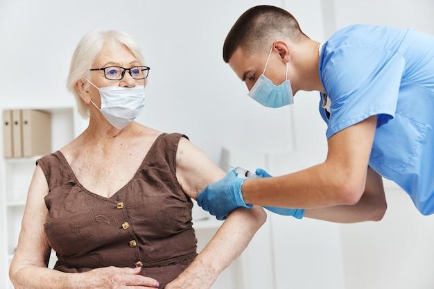 病院の免疫化の安全な患者の治療中の年配の女性