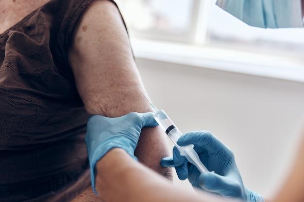 病院のワクチンパスポートパンデミックコロナウイルスの年配の女性