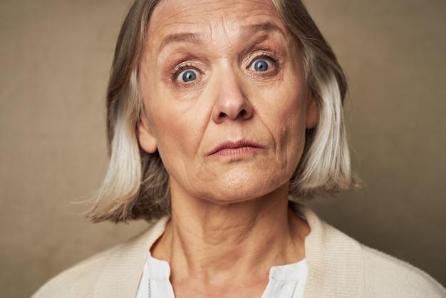 격리 된 배경 포즈 가운 얼굴 근접 촬영에 할머니
