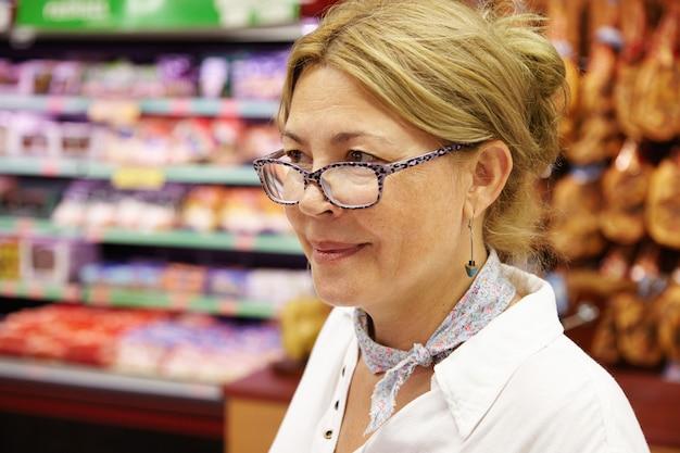スーパーマーケットの老婆