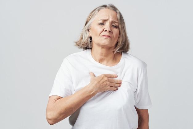 年配の女性の関節痛の健康問題の治療。高品質の写真