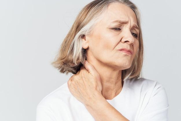 Лечение проблем со здоровьем при боли в суставах пожилой женщины