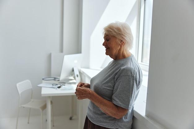 年配の女性の医療用マスク呼吸保護