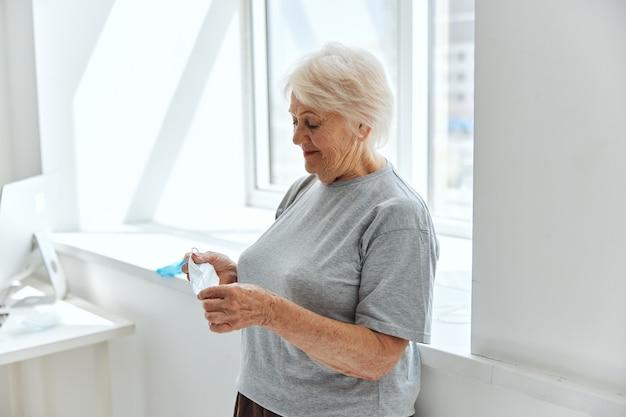 高齢女性の医療用マスクウイルス対策