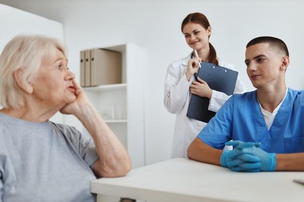 병원에서 의료진과 이야기하는 노인 여성 환자