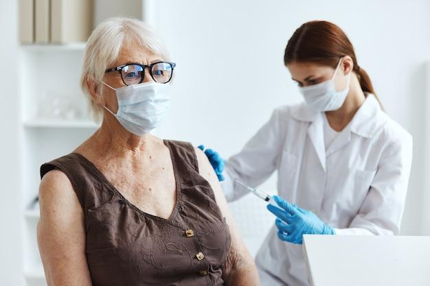 Пациент пожилой женщины в больнице для защиты иммунитета вакцинации