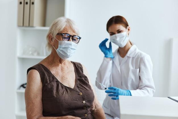 Пациент пожилой женщины в больнице для вакцинации паспорт вакцины