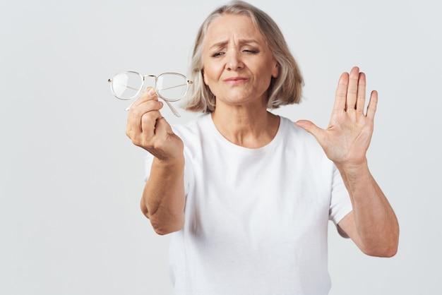 노인 여성 시력이 좋지 않은 안과 의사 치료