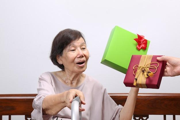 娘からプレゼントを受け取る老婆