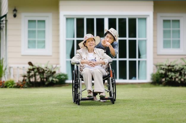 할머니는 딸과 함께 뒷마당에서 휠체어에 휴식
