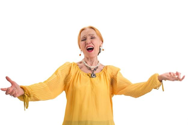 Пожилая женщина поет старая дама изолировала бывшего оперного певца