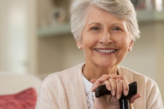 집에서 웃 고 노인 여성