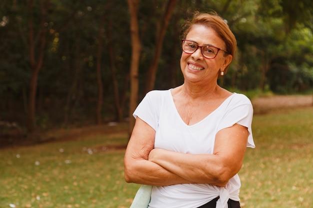 カメラを見て笑っている年配の女性