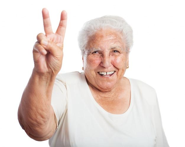 2隆起した指で笑顔高齢女性