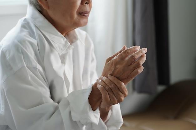 Пожилая женщина страдает от боли от ревматоидного артрита