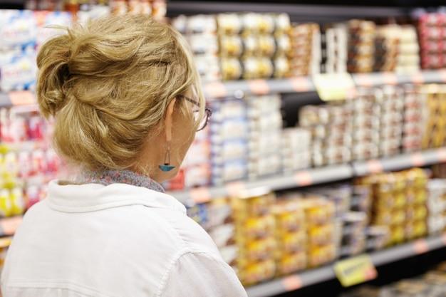 Donna anziana in supermercato