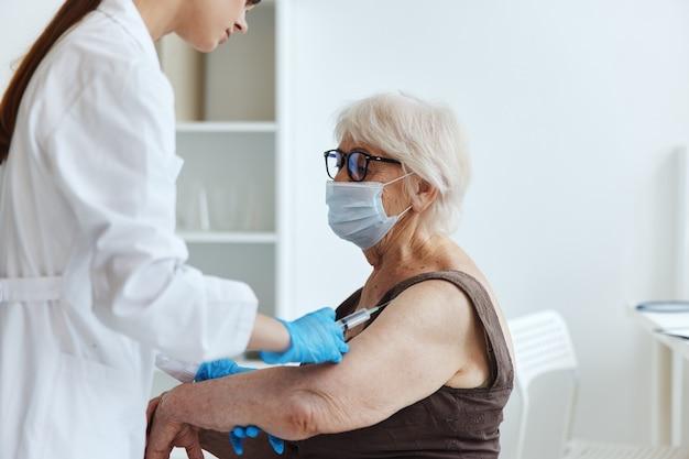 年配の女性の注射器注射ワクチンパスポート免疫保護
