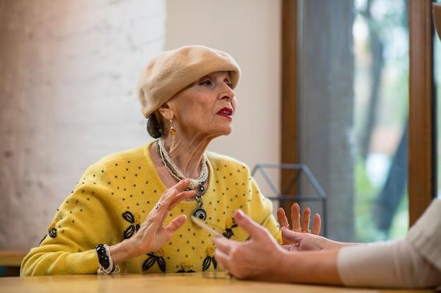 테이블에서 이야기하는 할머니