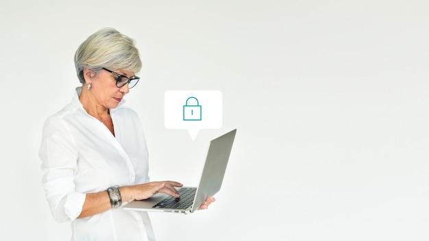ノートパソコンを使用している年配の女性