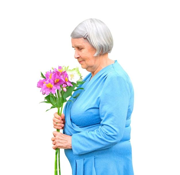 Пожилая женщина с букетом цветов, изолированные на белом фоне