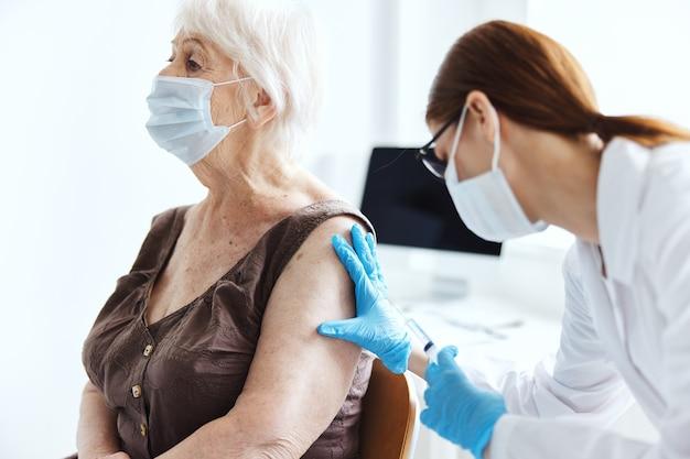 医師の免疫化安全免疫保護を持つ年配の女性