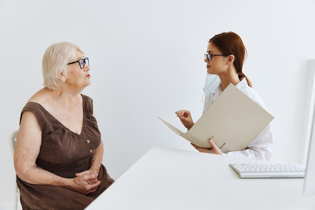 의사 조수의 안경 검사를 받는 노인 여성