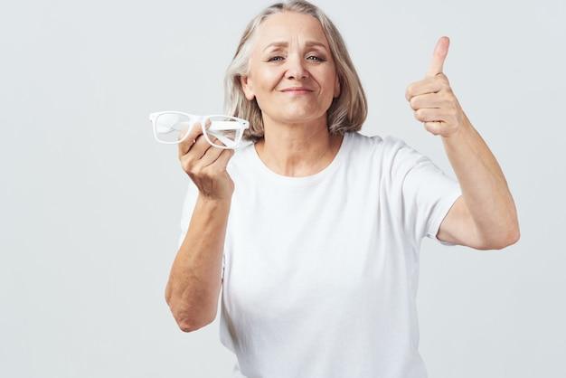 Пожилая женщина в очках с плохим зрением