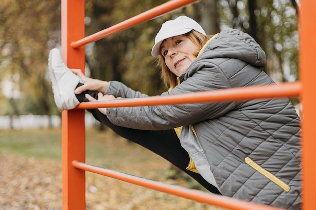 屋外で運動する年配の女性