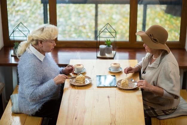 케이크를 먹는 노인 여성