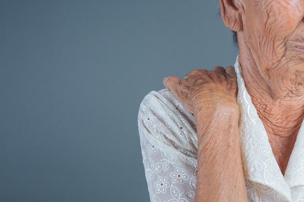 고통스러운 노인 여성.